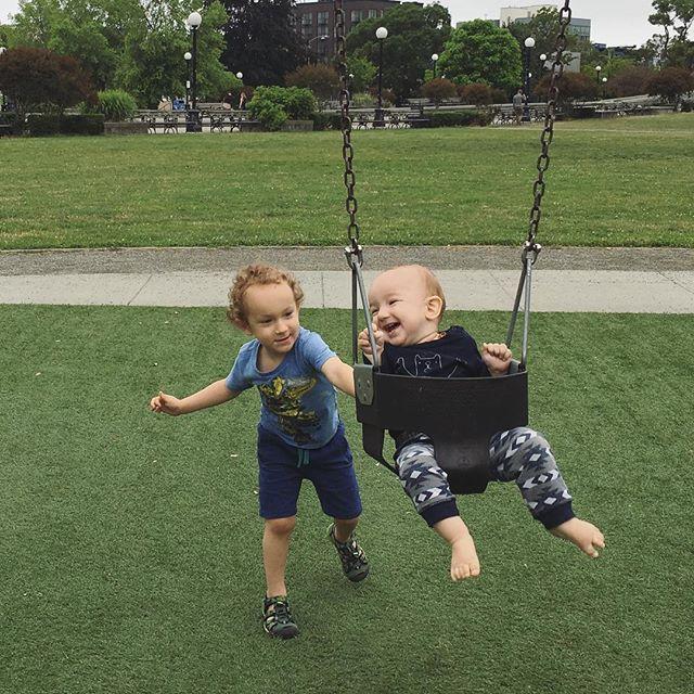 """❤️❤️No hay un día en el que no escuche: """"cuando sea grande quiero ser..."""" Casi todos los días cambia y siempre quiere ser algo distinto, siempre quiere hacer algo diferente y creo que en eso está la mágica de soñar, de creer que más adelante podrás hacer mucho. ¿Ya leyeron el último post? Dedicado a todos los niños con muchos sueños y a los padres para hacerlos volar ☀️🙌🏽⭐️. . . . #niños #sueños #dreams #crianza #paternidad #maternidad #vidadeniño #amor #soñemos #volar"""