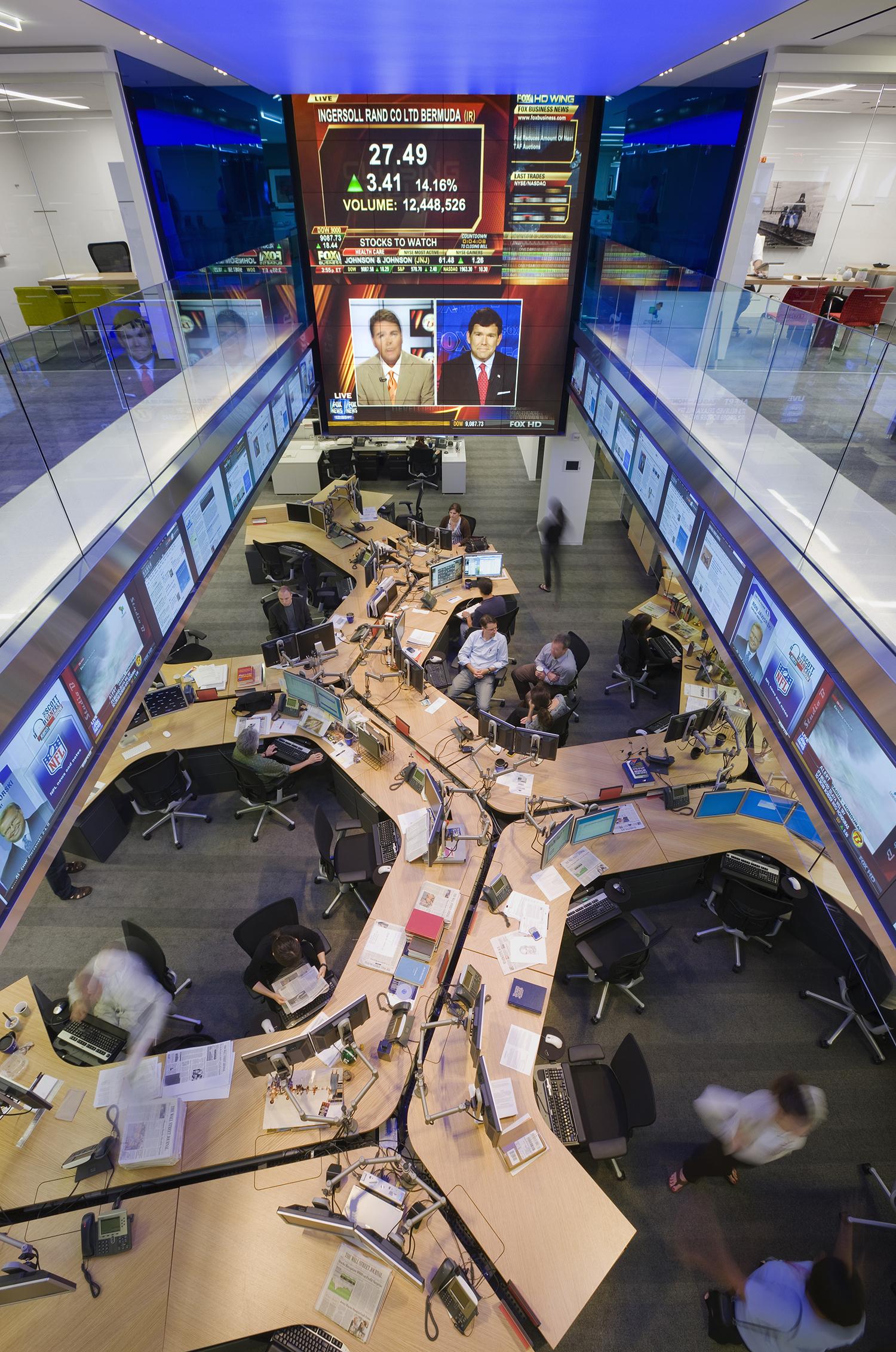 DJ_hub desk fl 7_w ppl_3_1500_px.jpg