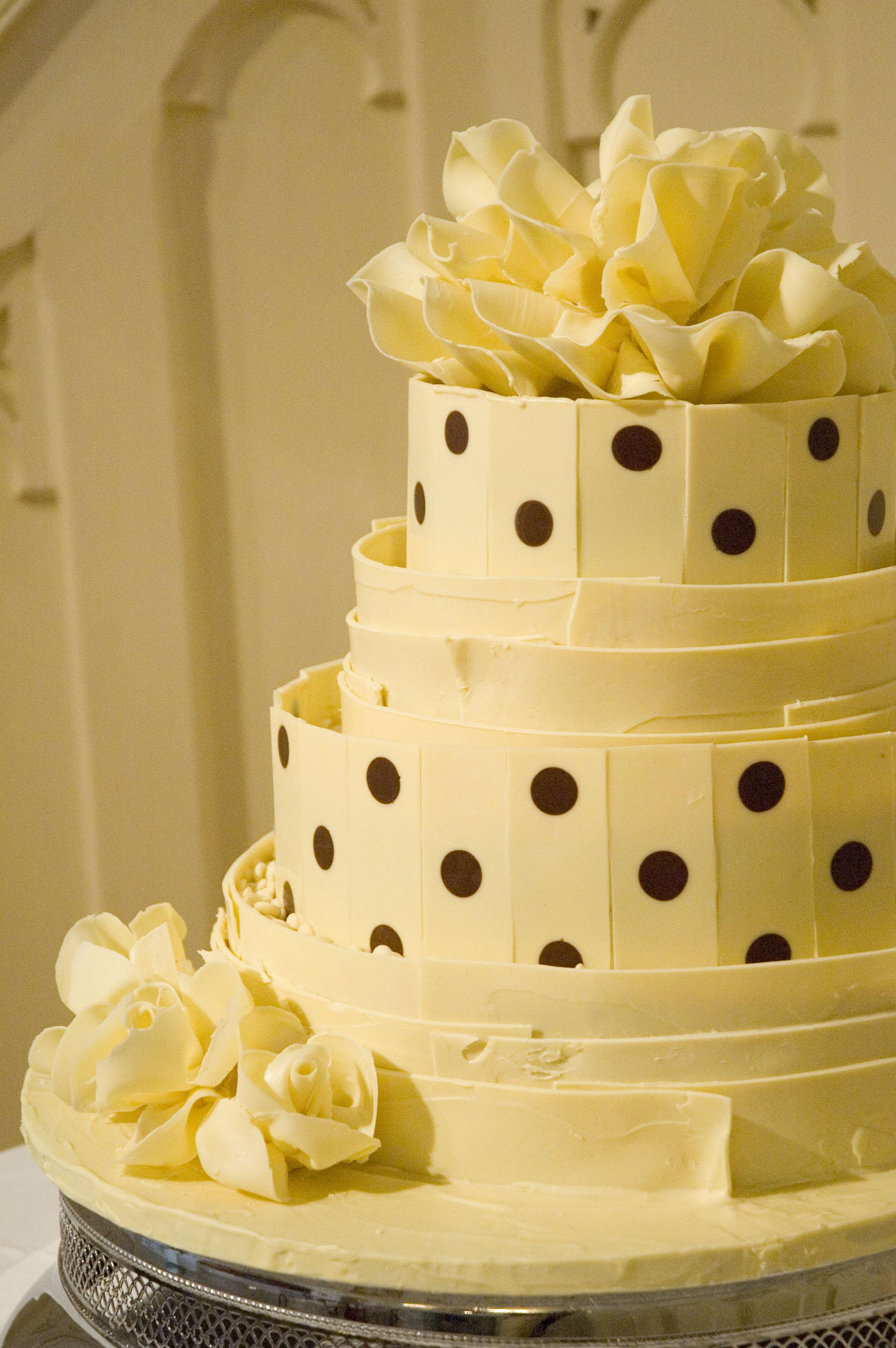 spotty white chololate wedding cake 03.jpg
