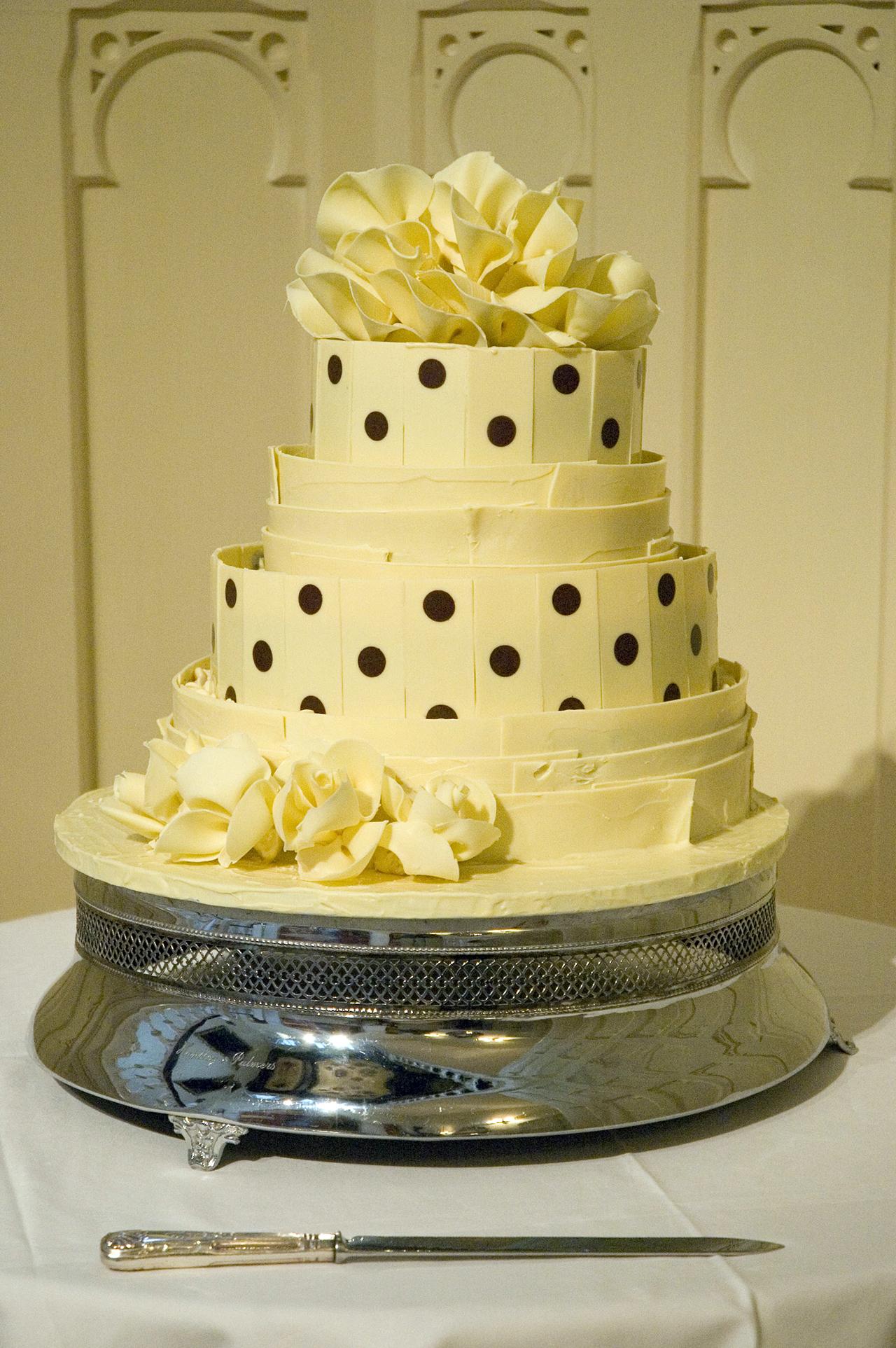 spotty white chololate wedding cake 01.jpg