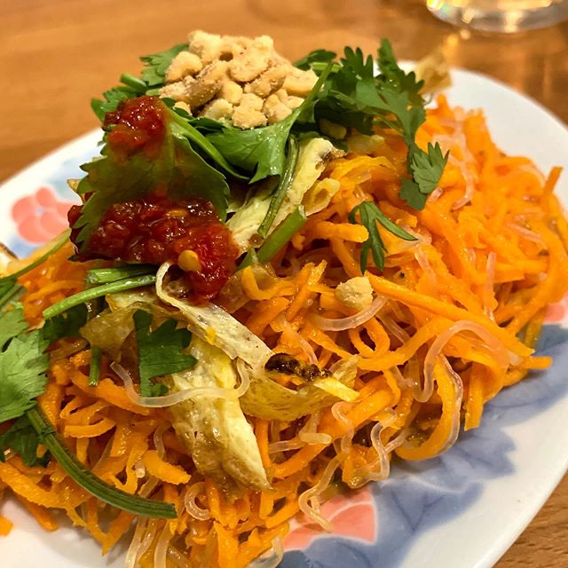 Dinner on a dime at #minhchau in #Paris #france Delicious and #spicy #salademaison for €4 #vietnamesefood #parisonadime #solodining #asianfood #expatlife #liveinfrance