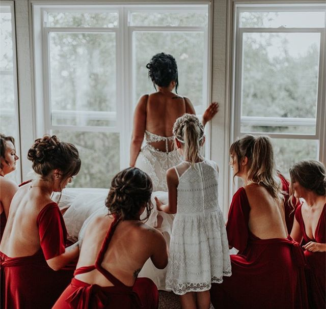 Thank you so much to everyone who has entered my Mother's Day giveaway, so far!  Deadline to enter is May 12th 😊 still lots of time to tag those sweet mommas and get them entered in!  Unrelated, here is Taylor getting ready with her beautiful bridesmaids in the most perfect space 😍 Happy Saturday, everyone!