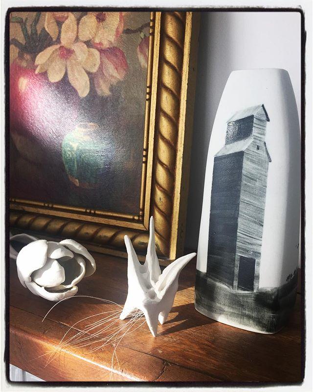 Morning light shining on these beauties. 😍 Giselle Hicks rose, Dana Major sculpture, Liz Burritt vase.