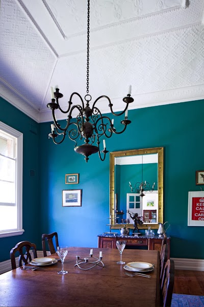 Barham_Avocados_Sarah_Anderson_Victoria_dining_room_chandalier_mirror_place_setting_green