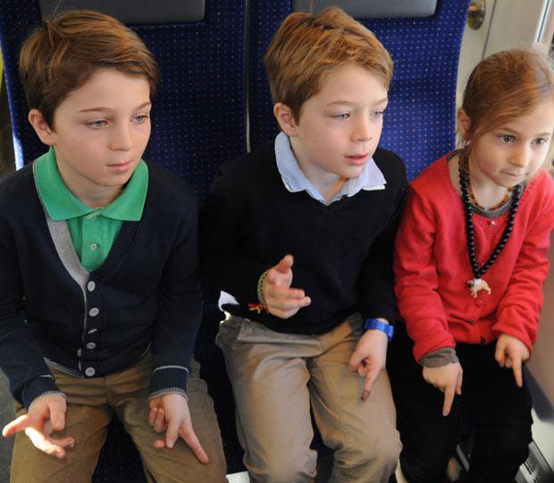 Kinder spielen unterwegs