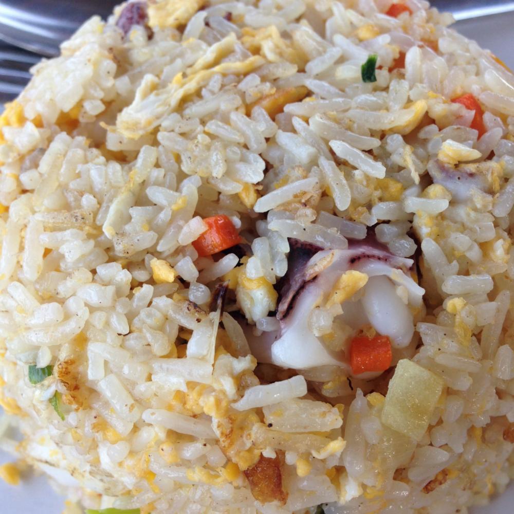 Fried rice je vhodnou volbou v momentě, kdy pálivého už máte dost. S kuřecím, hovězím, sea food... Doporučuji právě sea food, abyste neměli pocit, že jíte klasické české rizoto a zachovali této pochoutce thajský šmrnc.