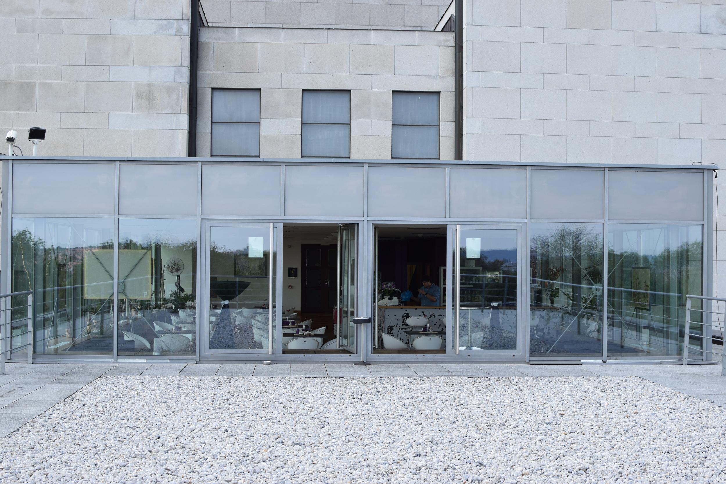 letní terasa z pohledu do kavárny
