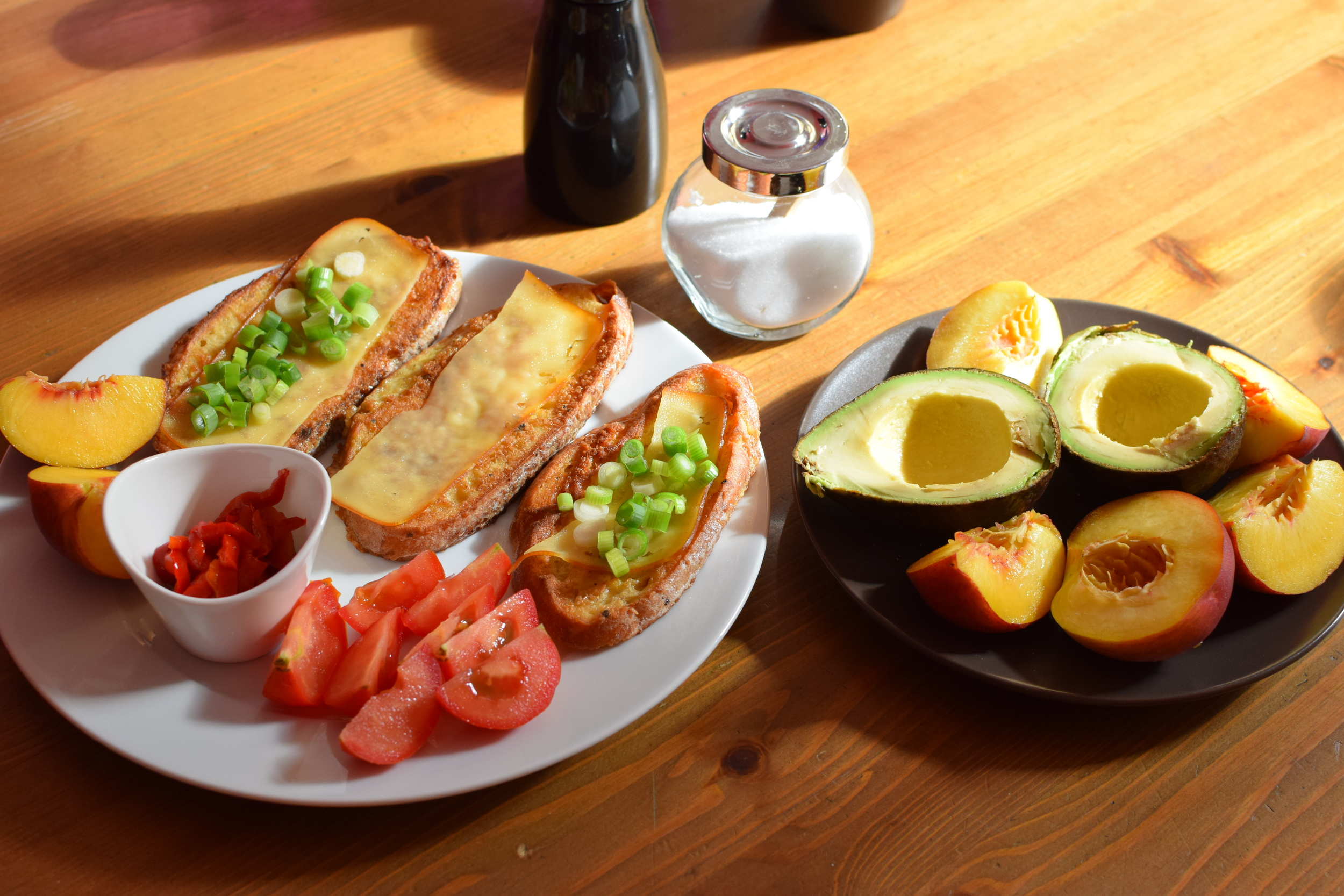 Co se starším nesladkým pečivem? Osmažit ve vajíčku na másle! A rozhodně nejen chléb, ale i rohlíky, housky atd. (překrojit, prosím) a čím více zrníček to obsahuje, tím je tahle snídaně chutnější.