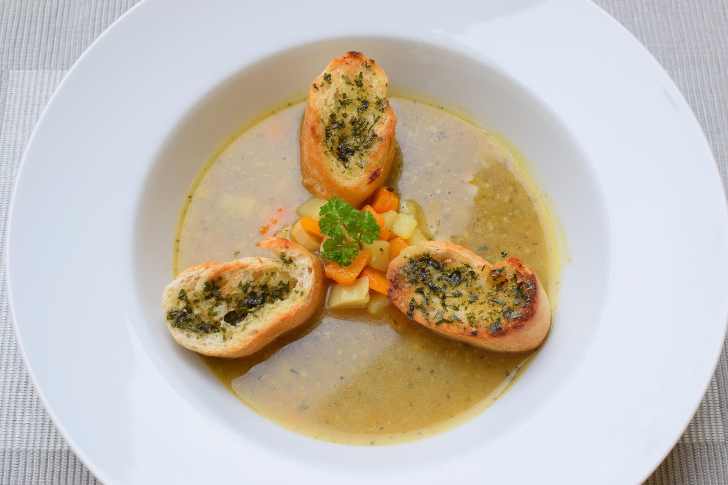 česneková polévka k opékanou bagetou a bylinkovým máslem