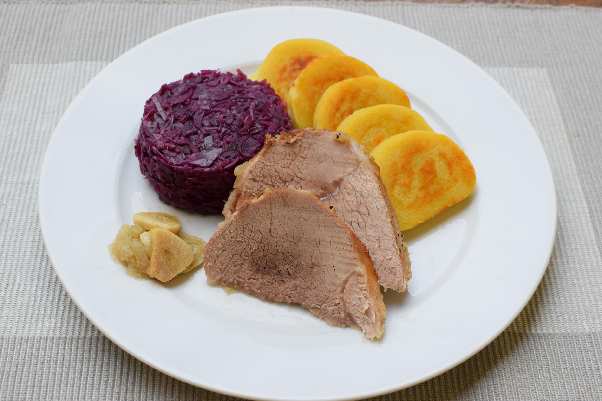knedlo-vepřo-zelo (opékaný bramborový knedlík na pánvi z obou stran)