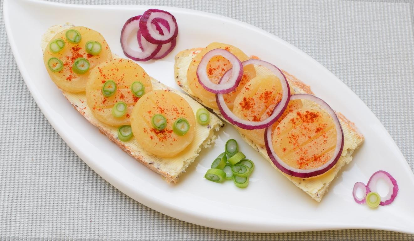 olomoucké tvarůžky s domácím chlebem, farmářským máslem, červenou/jarní cibulí a mletou paprikou