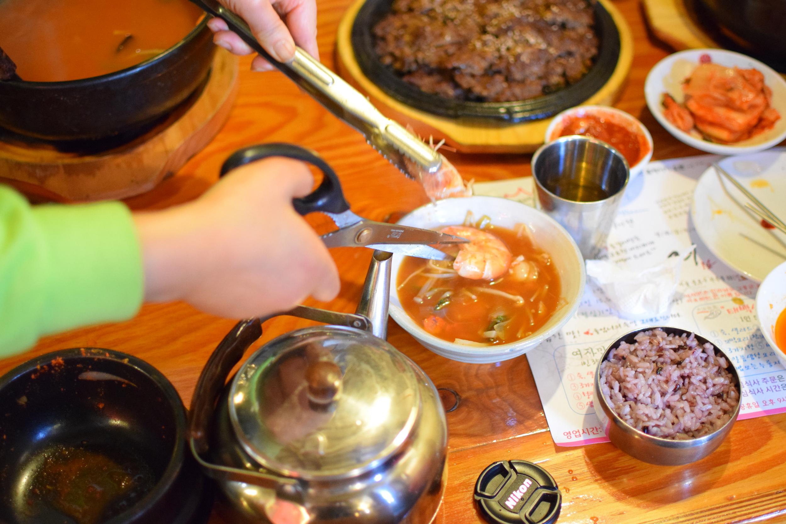 prostě vám natříhají oběd, častá to záležitost. Nůžky jsou v kuchyniběžnější snad více, než nože.