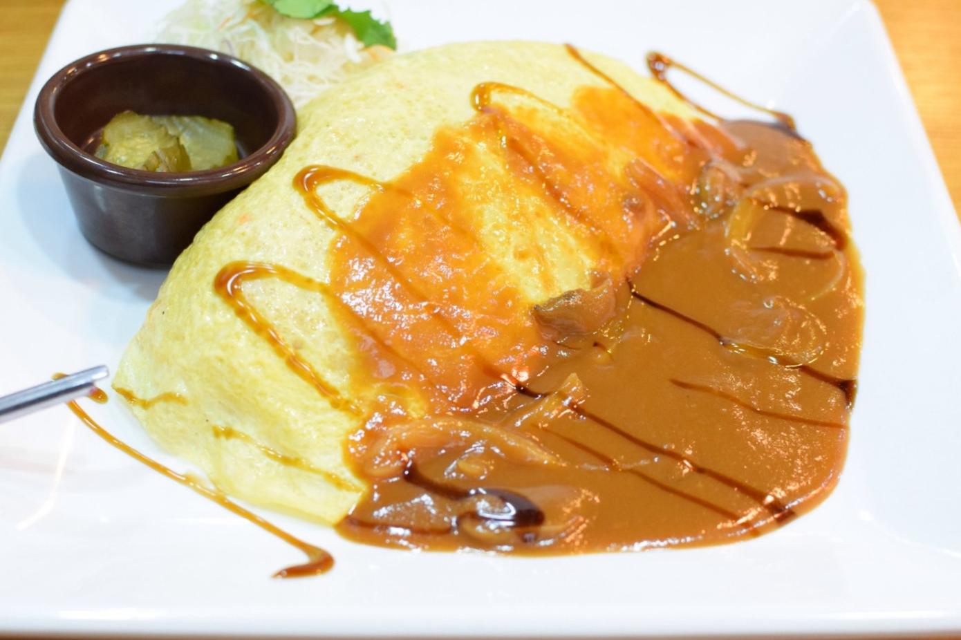 tahle omeleta plněná rýží a zeleninou na kostičky spolu s párkem si zaslouží velkoufoto. Mé oblíbené jídlo už z korejských restaurací vČechách. Našla jsem ji tam!