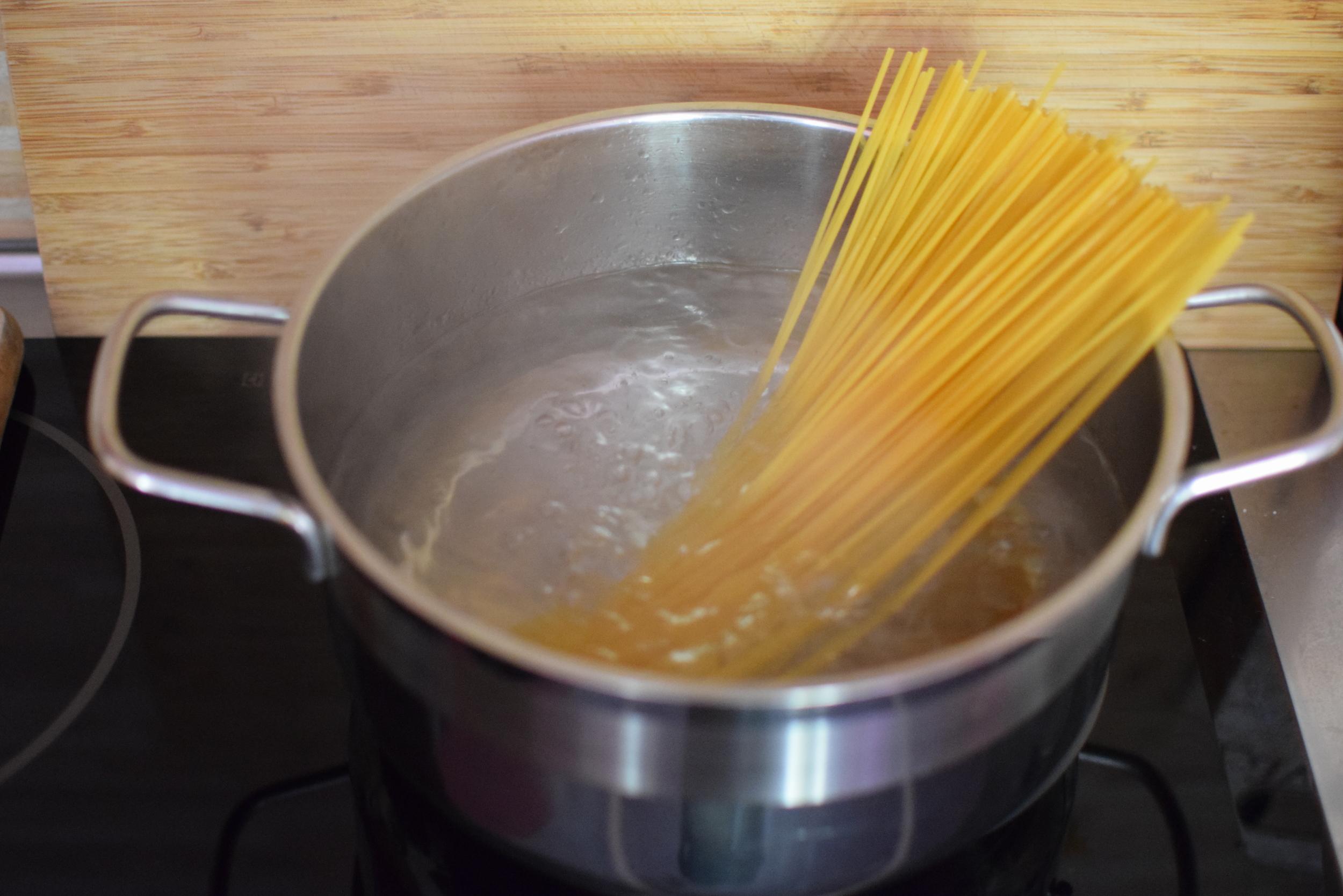 4. uvařte špagety al dente, tj. vařte o 2 minuty méně