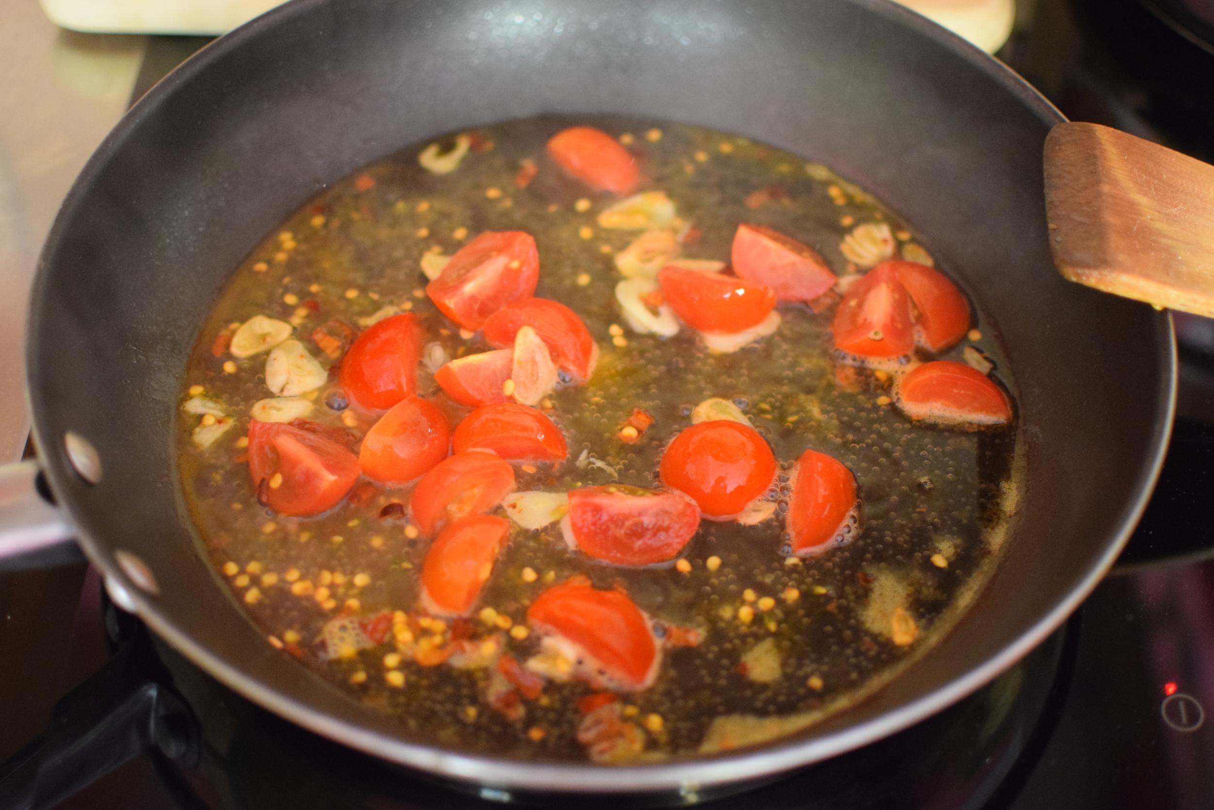 3. přidejte rajčata, pak ještě slávky a víno