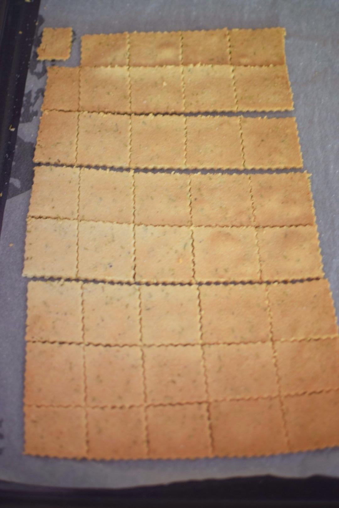4. dát péct celý plát sušenek, oddělit po upečení
