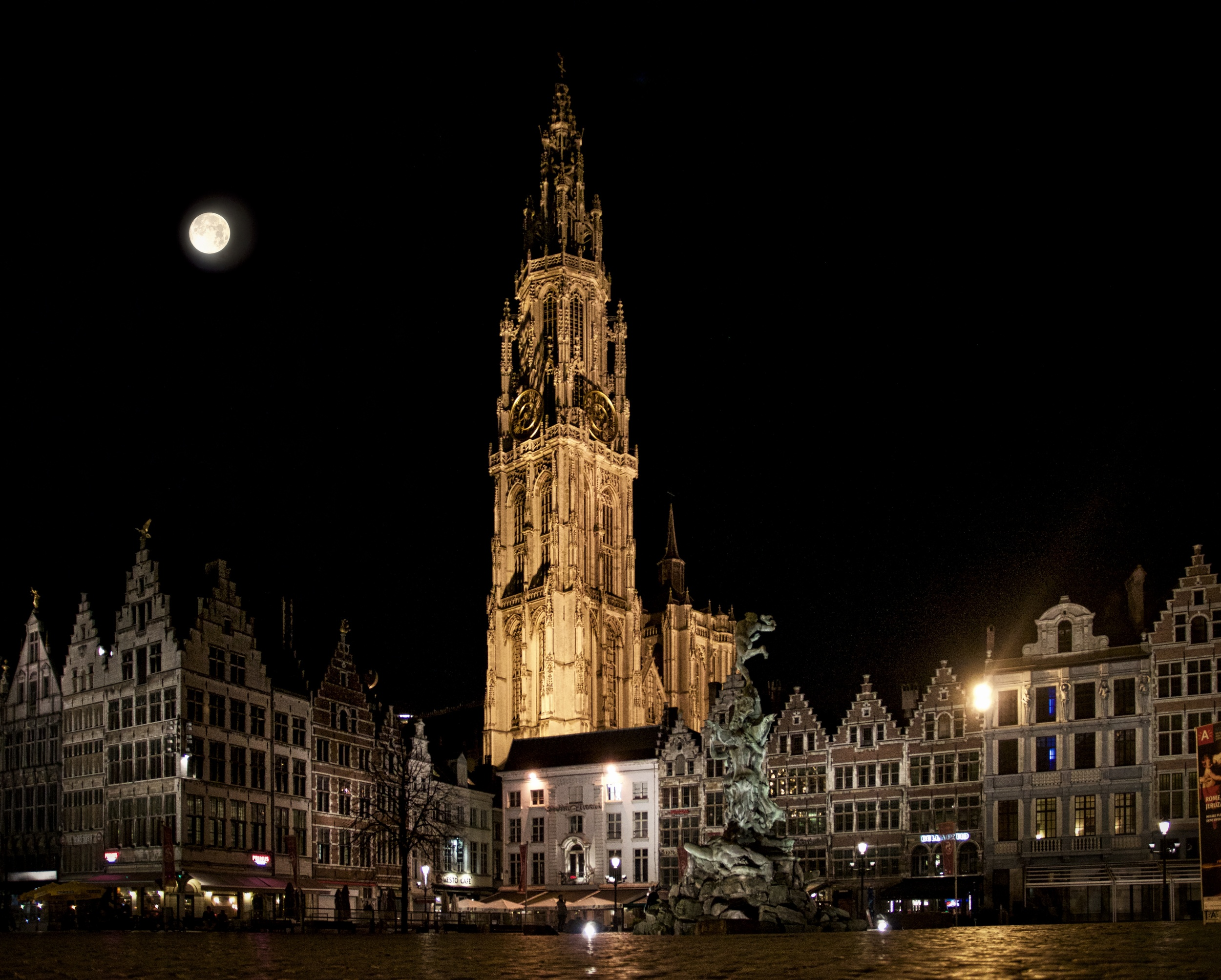 Full moon above Antwerp.jpg