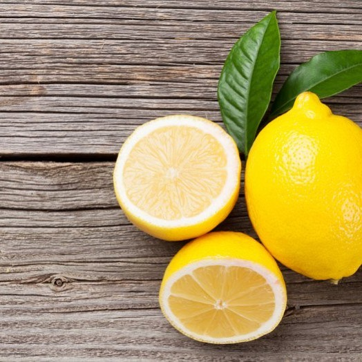 Lemons are high in vitamin C, folate, potassium, flavonoids and compounds called limonins 🍋 Vitamin C plays a vital role in the formation of collagen, the support system of the skin. When eaten in its natural form or applied topically, vitamin C can help fight skin damage caused by the sun and pollution, reduce wrinkles, and improve overall skin texture✨