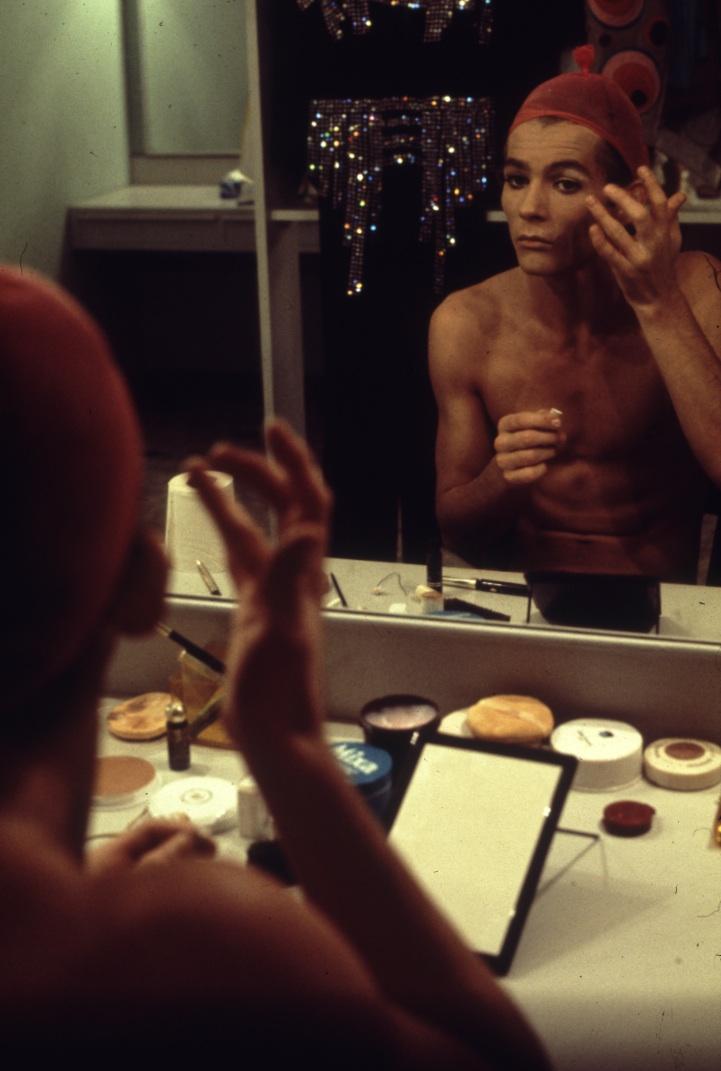 Troupe La Grande Eugène, attore in un camerino del Teatro Manzoni. Milano, 1974.