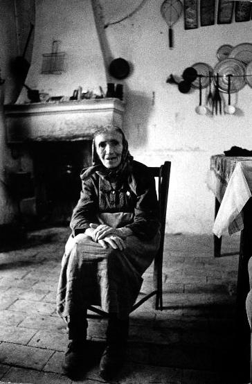 """Zia Carmela. """"Maghi e streghe d'Abruzzo"""". Fresagrandinaria, Campobasso, 1963."""