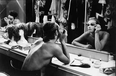 Troupe La Grande Eugène in un camerino del Teatro Manzoni. Milano, 1974.