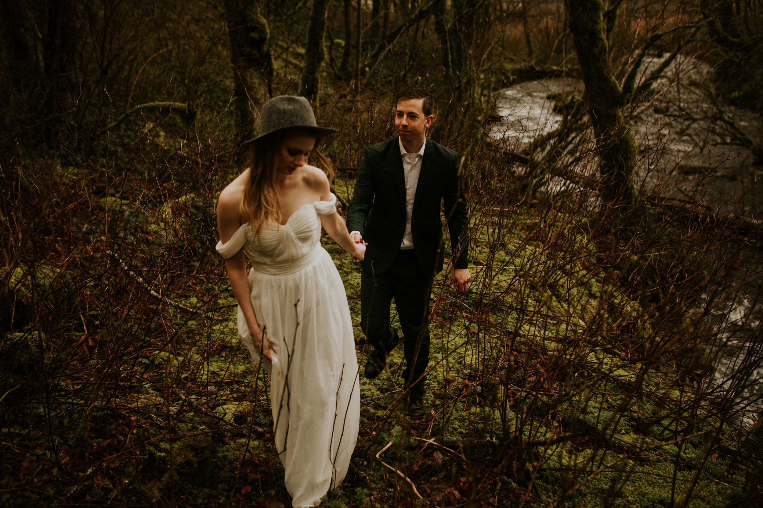 oregon elopement forest hat bride chantel lauren dress photography