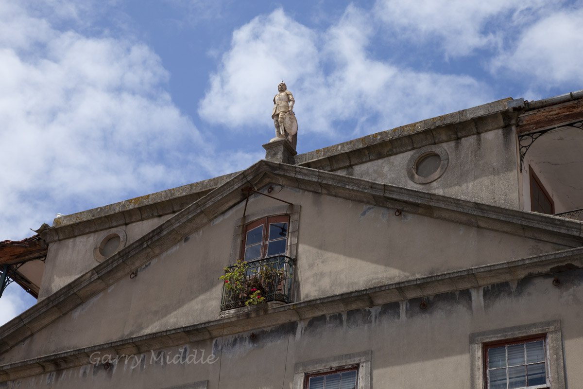 Porto building statue.jpg
