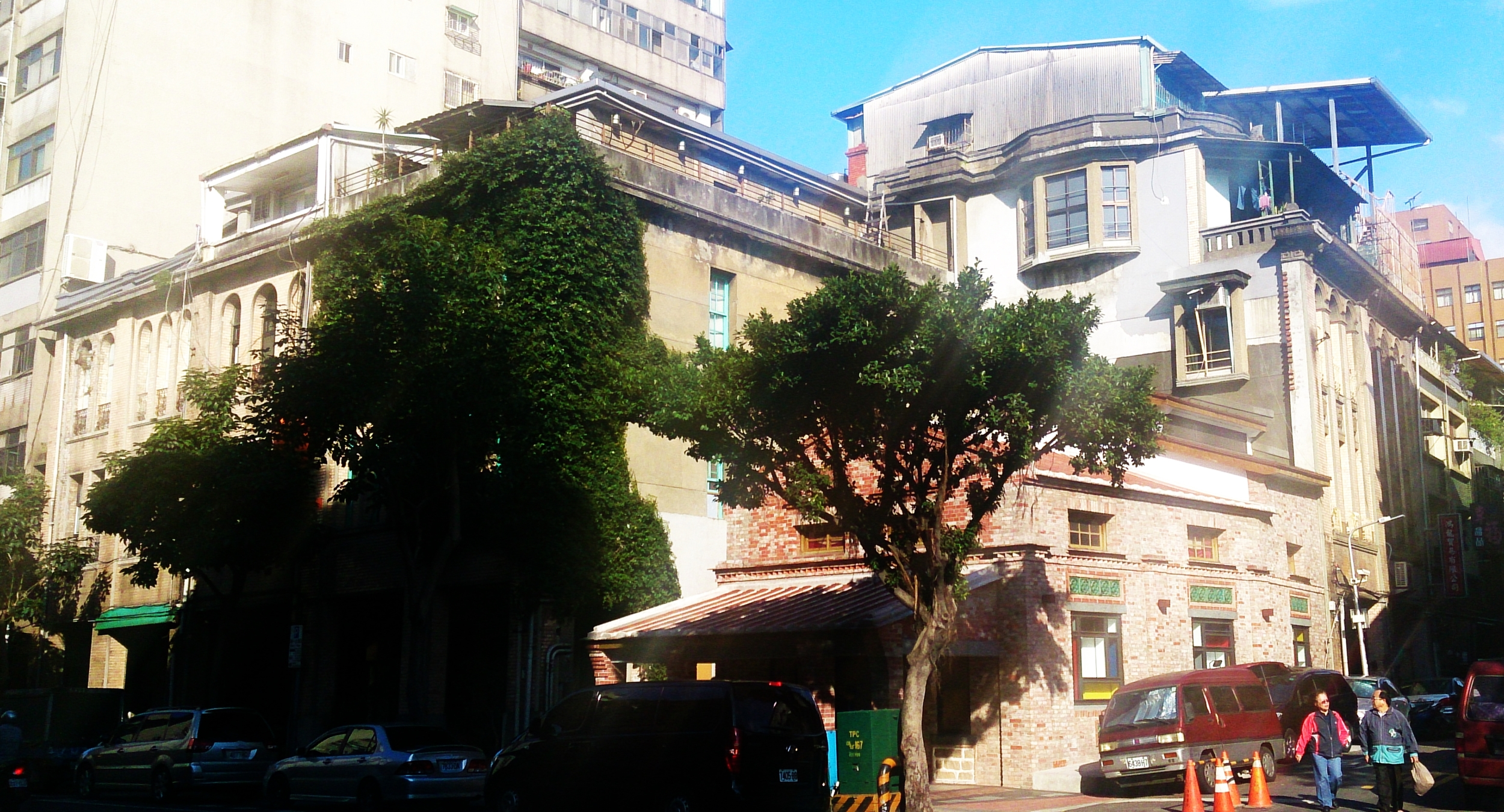 The Lin Puppet Museum is the building covered in vegetation.