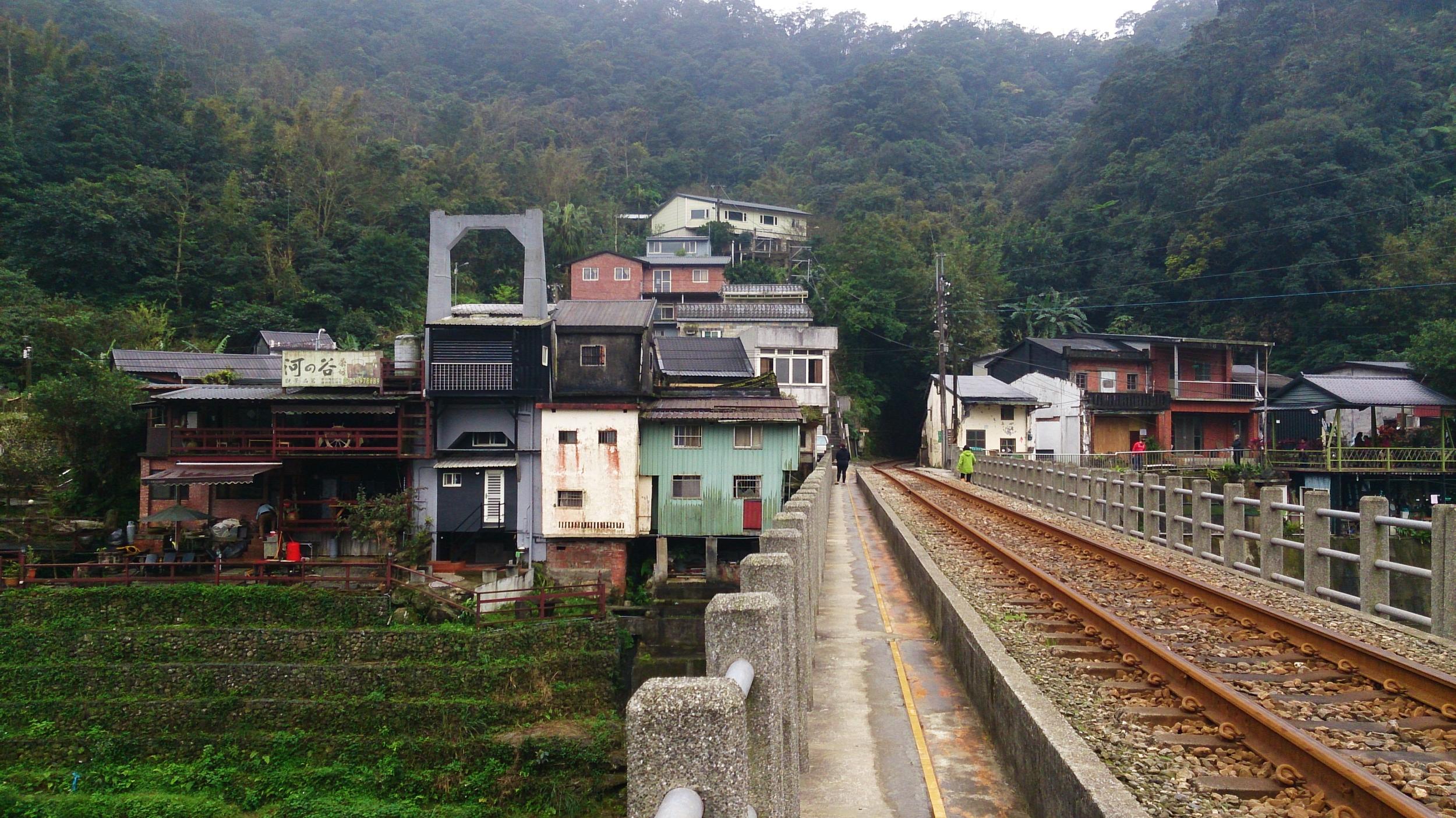 Sandiaoling Village (built around the piers of an old suspension bridge).