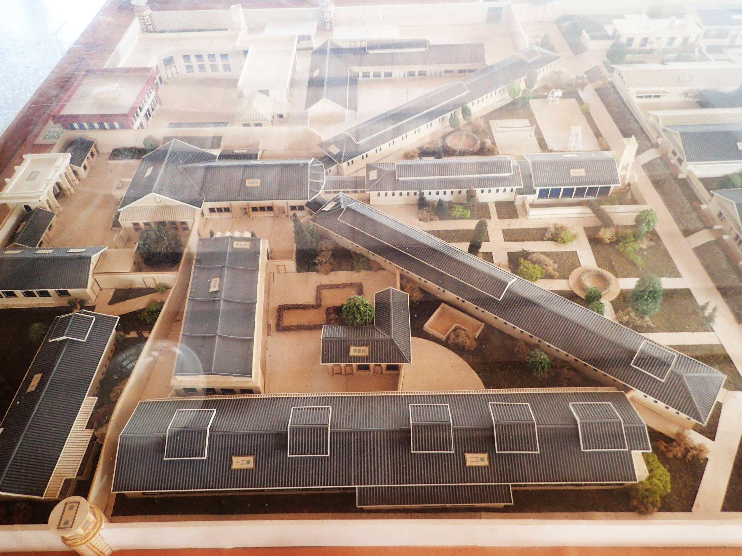 Basic panopticon design and a model of Chiayi prison