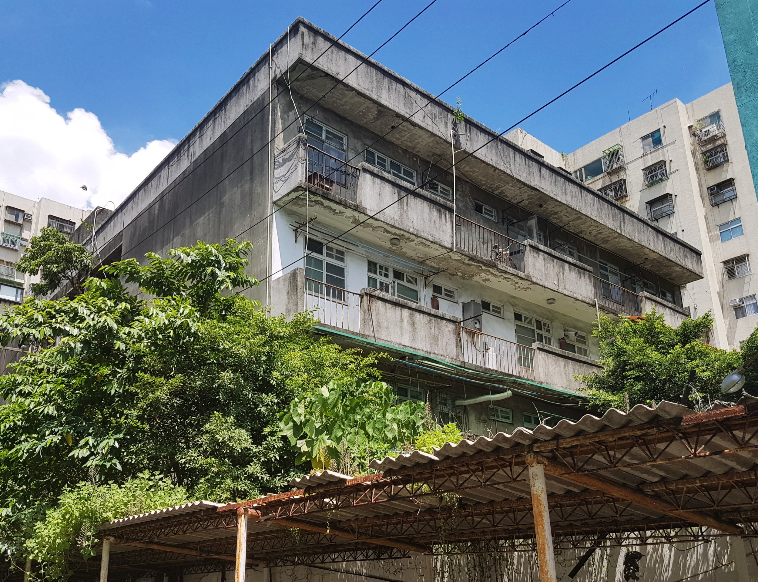 An old housing block adjacent to the site that looks abandoned but it's actually inhabited.