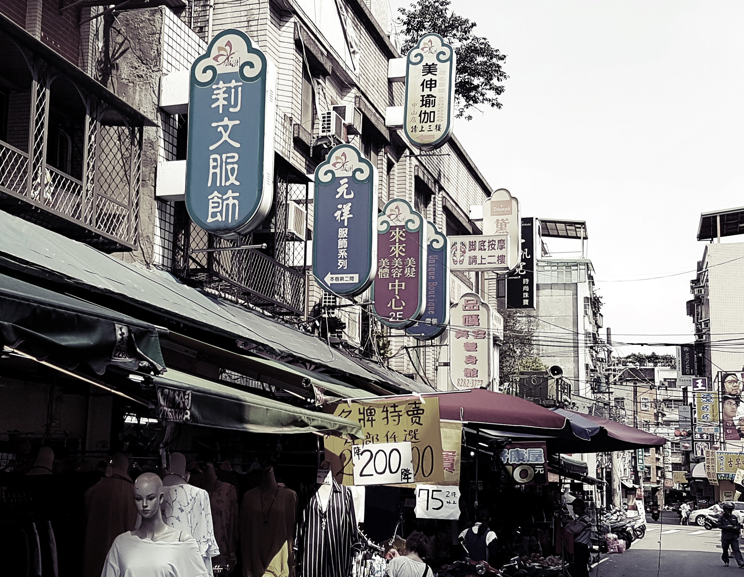 Luzhou has a night market of course, but it doesn't seem like there's anything out of the ordinary about it