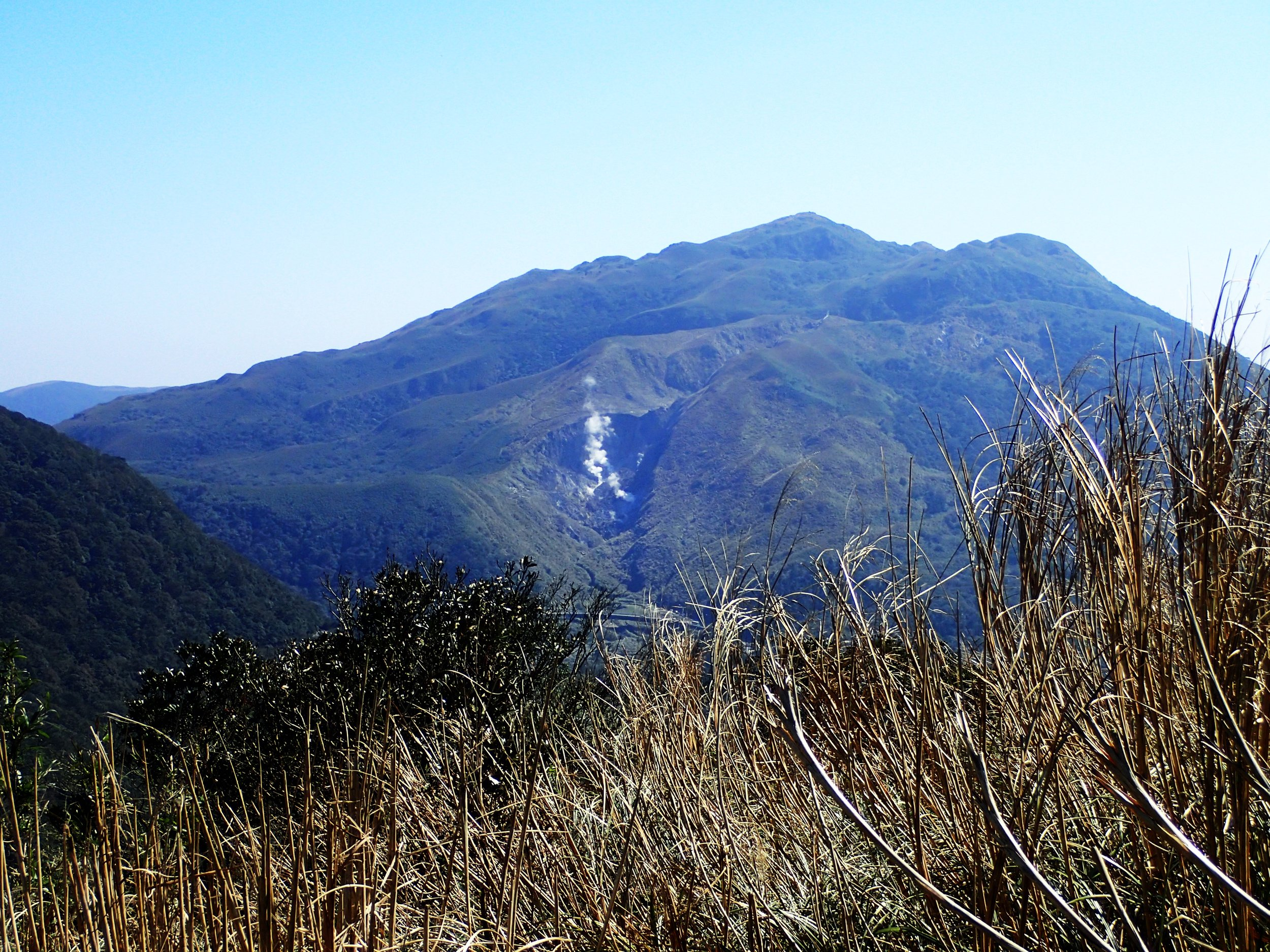 Looking back at the Xiaoyoukeng fumerole on the side of Mt Qixing