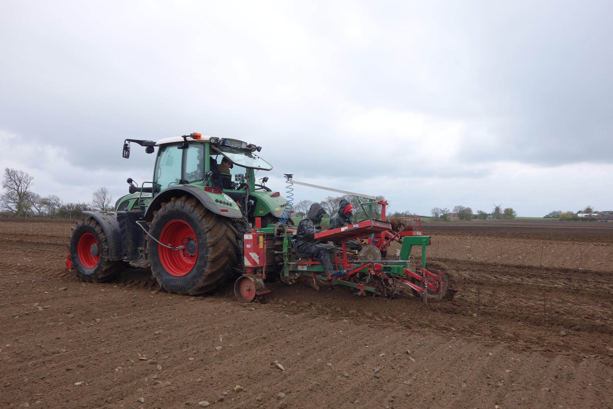 GPS sändare på traktorn så vi får plantorna på rätt ställe