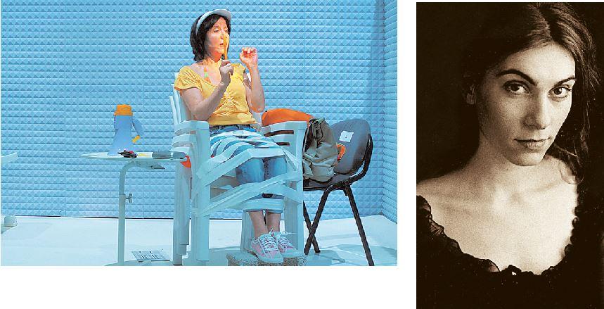 Επάνω, η Μίνα Αδαμάκη σε σκηνή από τις πρόβες της παράστασης «Ευτυχισμένες μέρες», για τις ανάγκες της οποίας η Μαγιού Τρικεριώτη (δεξιά) δημιούργησε μια ιδιότυπη εικόνα ριάλιτι
