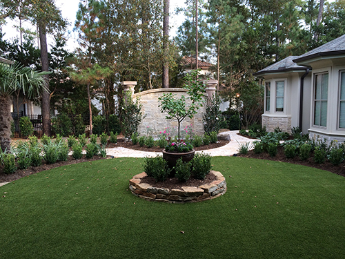 rustic-glazed-escala-planters-meyers-lemon-tree-sesaonal-color-synthetic-turf-courtyard-design-build-landscape--The-Woodlands-TX--Carlton-Woods-Spring-Envy-Exterios.jpg