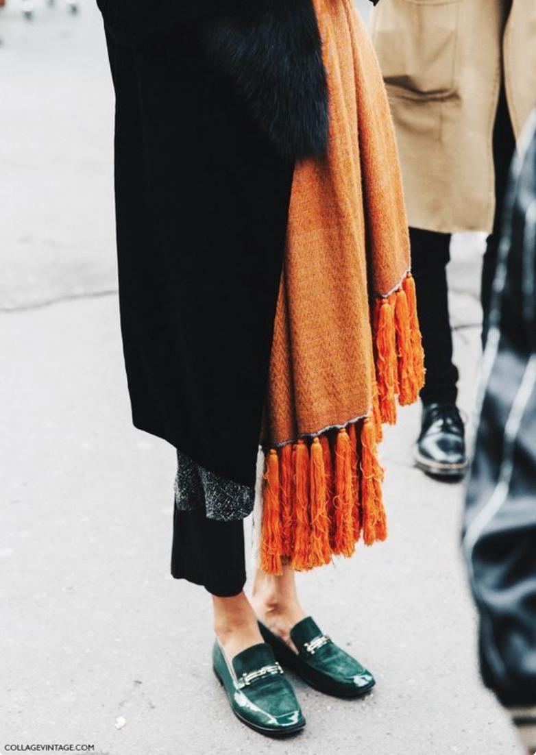 Inspirationday. Sehr gute Farbe-und Stilkombi: Knielanger schwarzer Blazermantel zu gerade geschnittener schwarzer Hose. Grüne Loafer und cognacfarbener überlanger breiter Schal dazu. Der Herbst kann kommen. Und nicht vergessen, die Hose immer zu kurz!