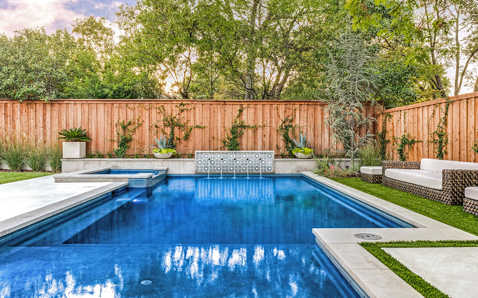lakewood-rear-modern-pool-spa-fountain.jpg