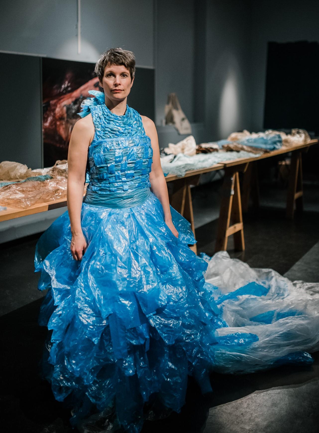 Bodil Lunde Rørtveit på Universitetsmuseet i Bergen foran plasten som ble funnet i #plasthvalen på Sotra våren 2017. Foto: Cecilie Bannow