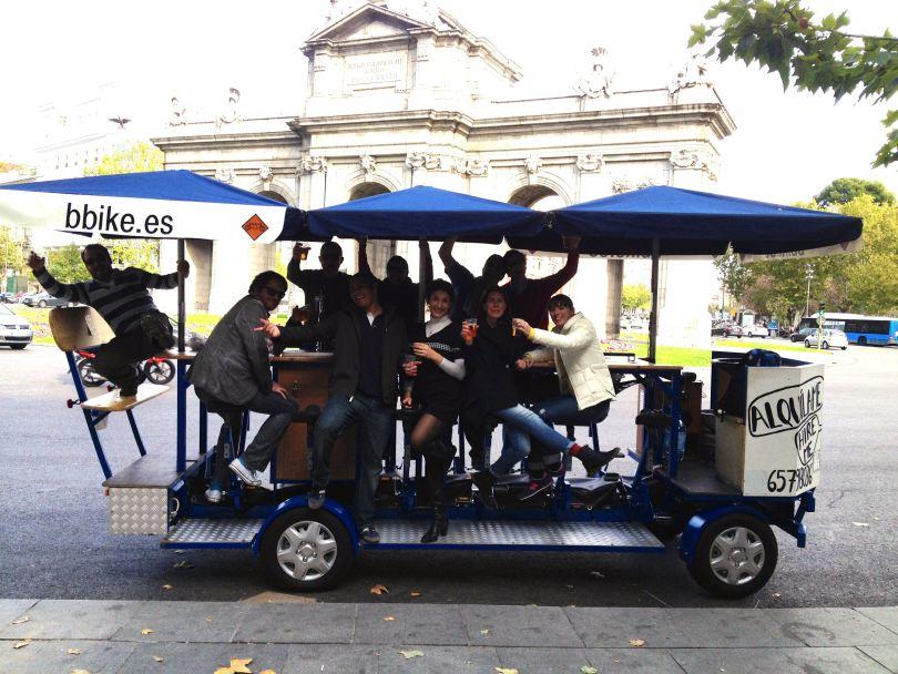 Beer Bike en la Puerta de Alcalá. Madrid. Foto Beer Bike.