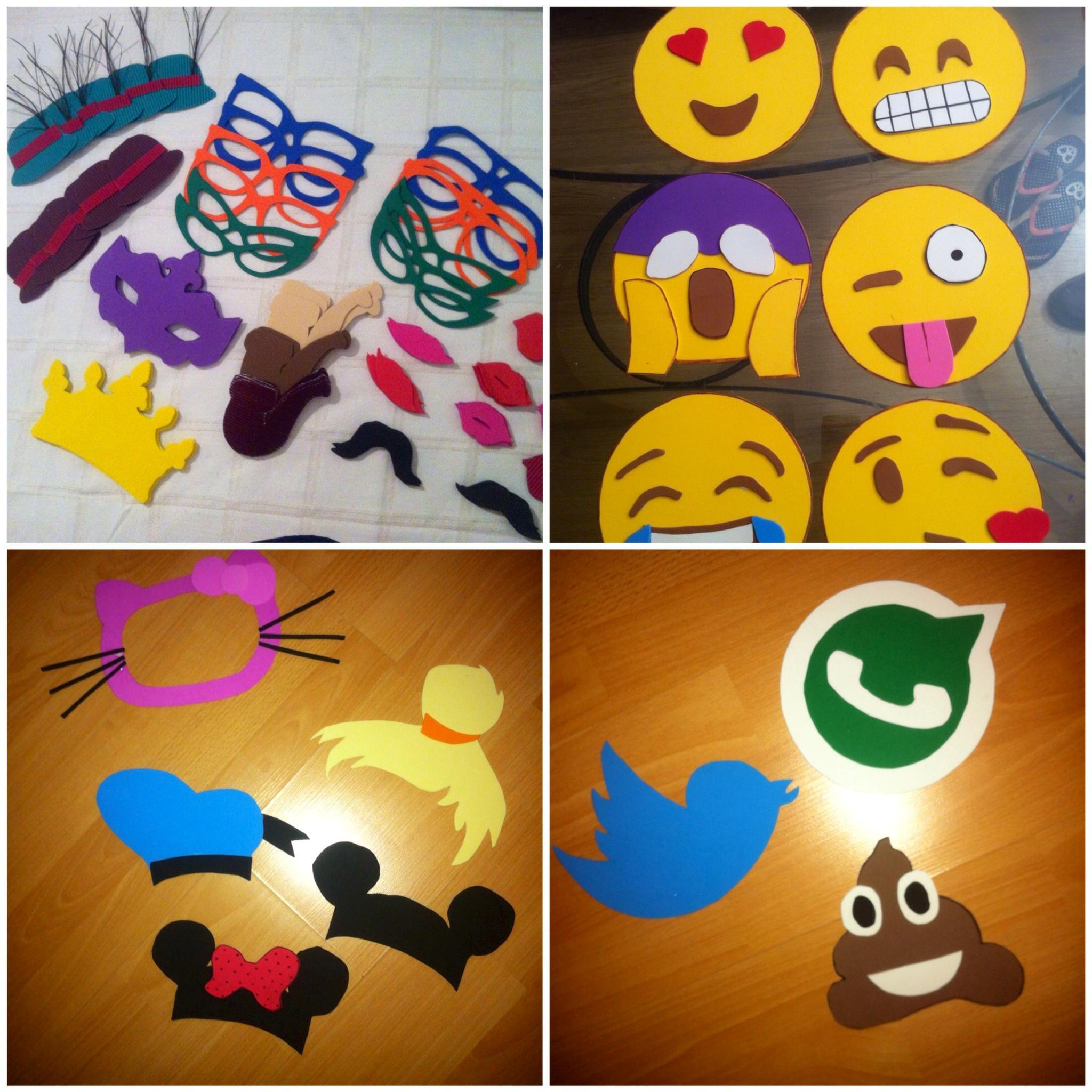 DIY. Gafas, coronas, caritas de WhatsApp, caretas de Hello Kitty, de Mickey Mouse o Mini... para el 'Photocall'.