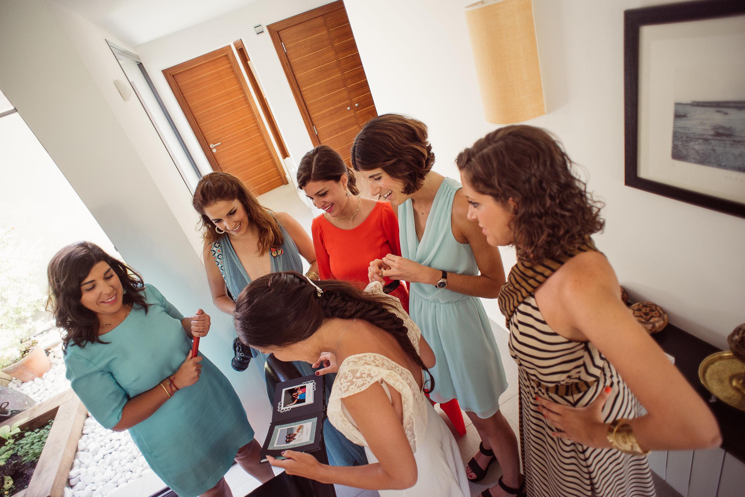 Cinta, aún en camisón, en el momento en que descubre el álbum.Foto:  Momenta Bodas .