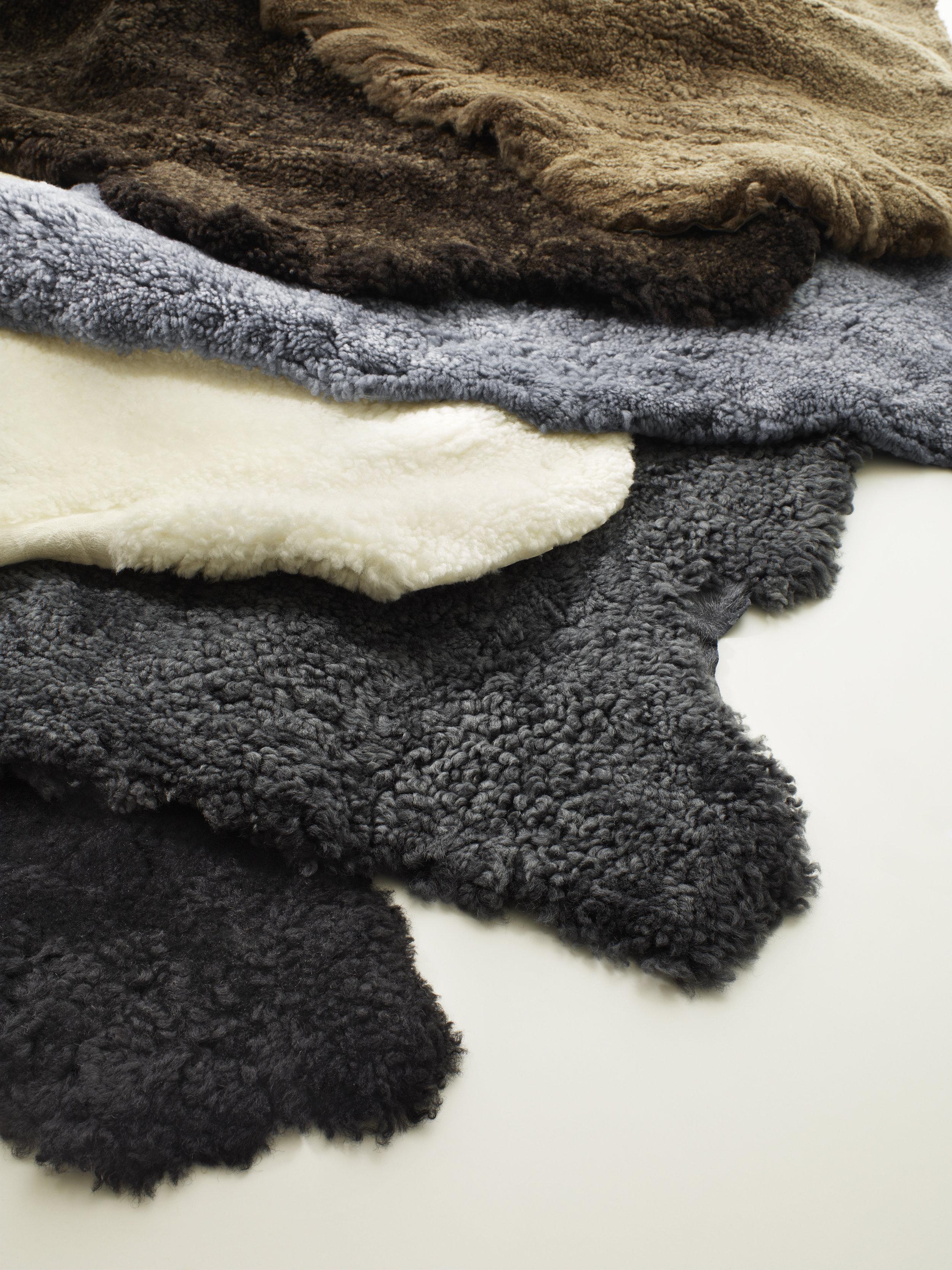 Fårskinn och ömklädselkit till Yngve Ekströms klassiker.Bestälningsvara. Bärande väv, lim, skumprofiler och manual ingår i satsen. Välj önskad färg på fårskinnet.