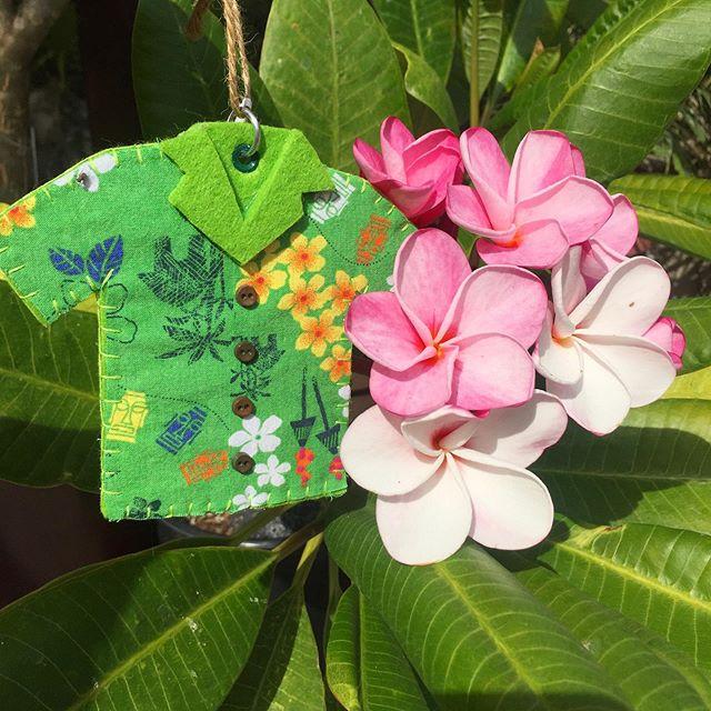 Check out these handcrafted 🌺 ALOHA shirt 👕 ornaments from @meletikiguys 🤙🏼. They have a booth at @panananightmarket in Torrance today! #alohashirt #aloha #plumeria #vintagehawaii #vintagehawaiian #tiki #tikioasis #meletikiguys