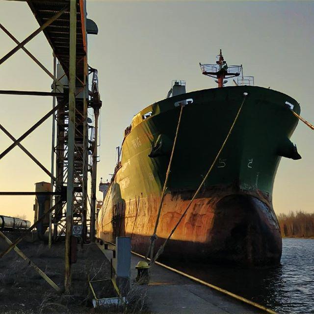 The mighty MV WIGEON at dawn. #thunderbay #thunderbayshipping #portofthunderbay #lakesuperior #bulkcarrier #canfornav