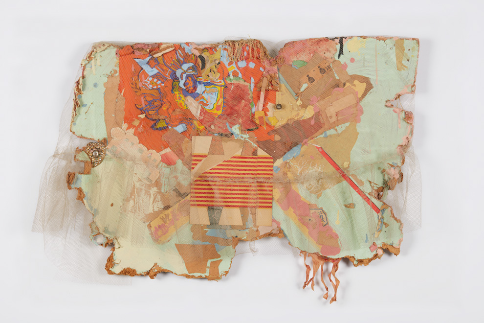 Bruce Conner, MEXICO COLLAGE, 1962; netting, paper, paint, ink stamps, fringe, bell, and costume jewelry on Masonite; 23 × 32 × 5 in. (58.4 × 81.3 × 12.7 cm); di Rosa Collection, Napa, California; © Conner Family Trust, San Francisco / Artists Rights Society (ARS), New York.