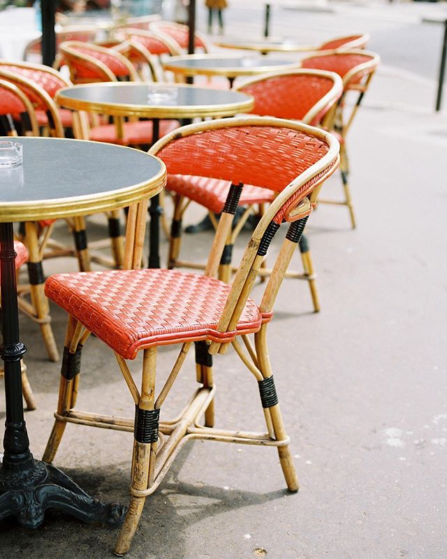 wishing i was sipping a cafe au lait + sitting in these pretty little chairs watching the people walk by in paris. i'm obsessed with this style chair + can't wait to pick up some black bar stools that look just like these for our kitchen soon! it'll be a little slice of paris right in our home! . . . #jessicaohphotography #parisphotographer #thefindlab #parisonfilm