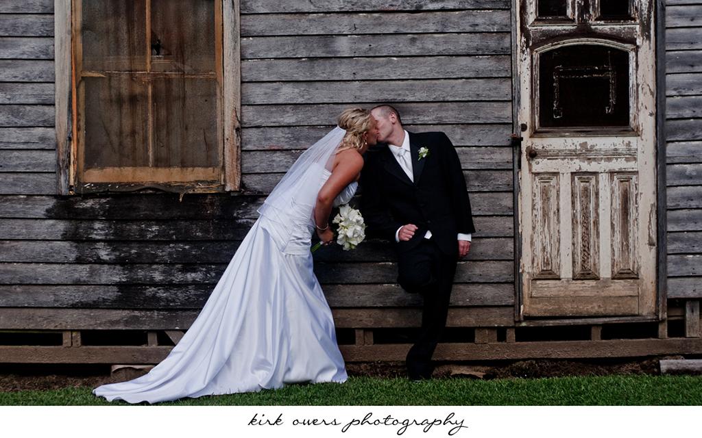 wedding_oldhousekiss.jpg