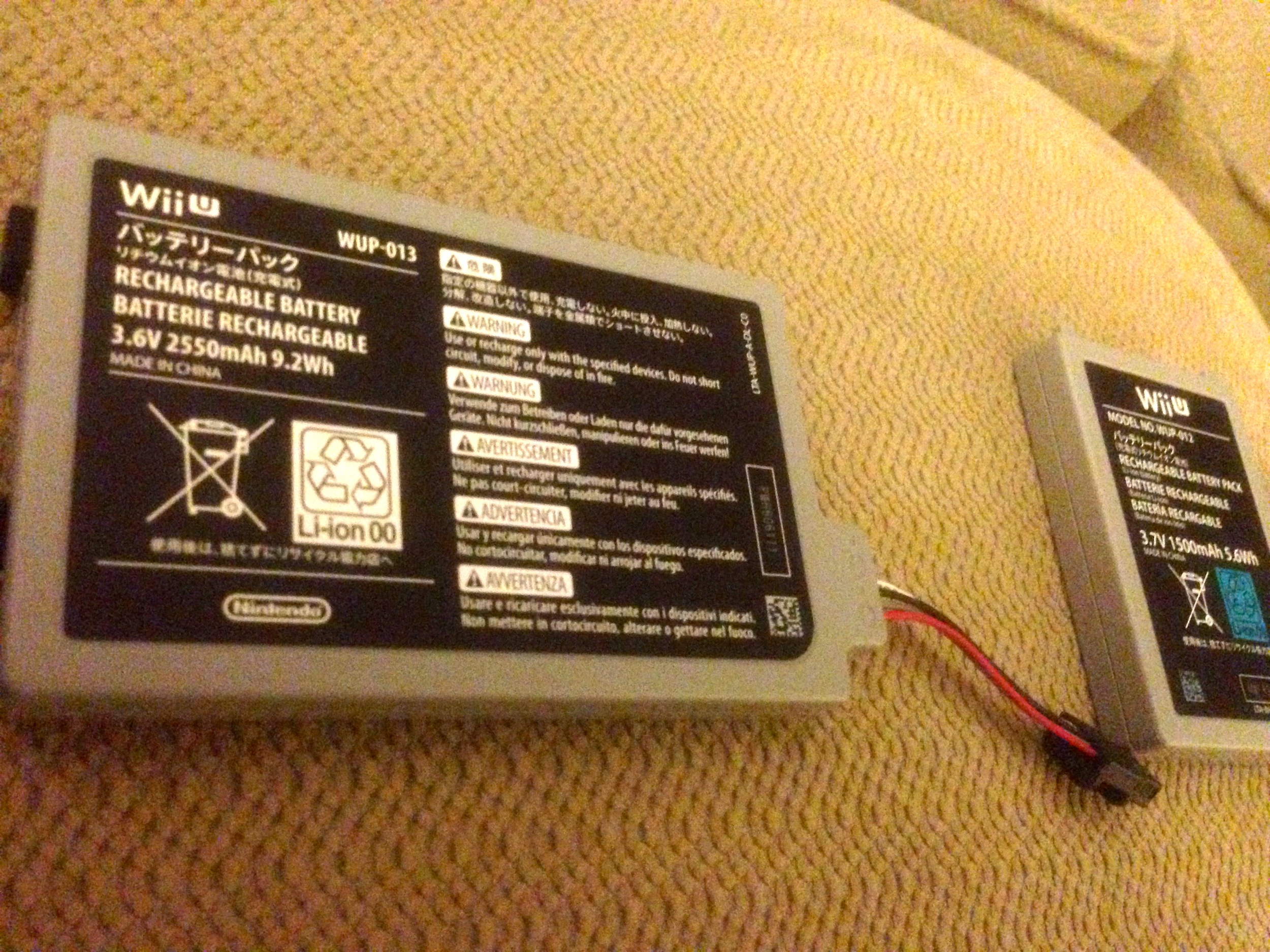 The extended battery (left) compared to the original battery (right).