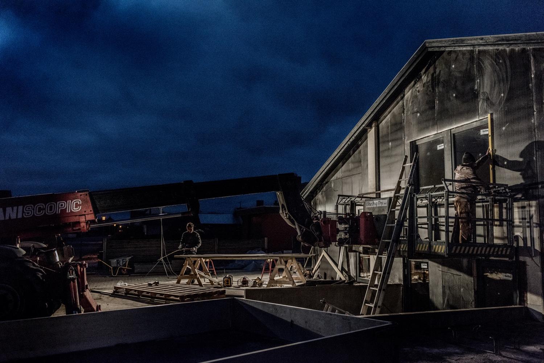 Late-night-setting-up-facade-panels_Ørhagevej-84.jpg